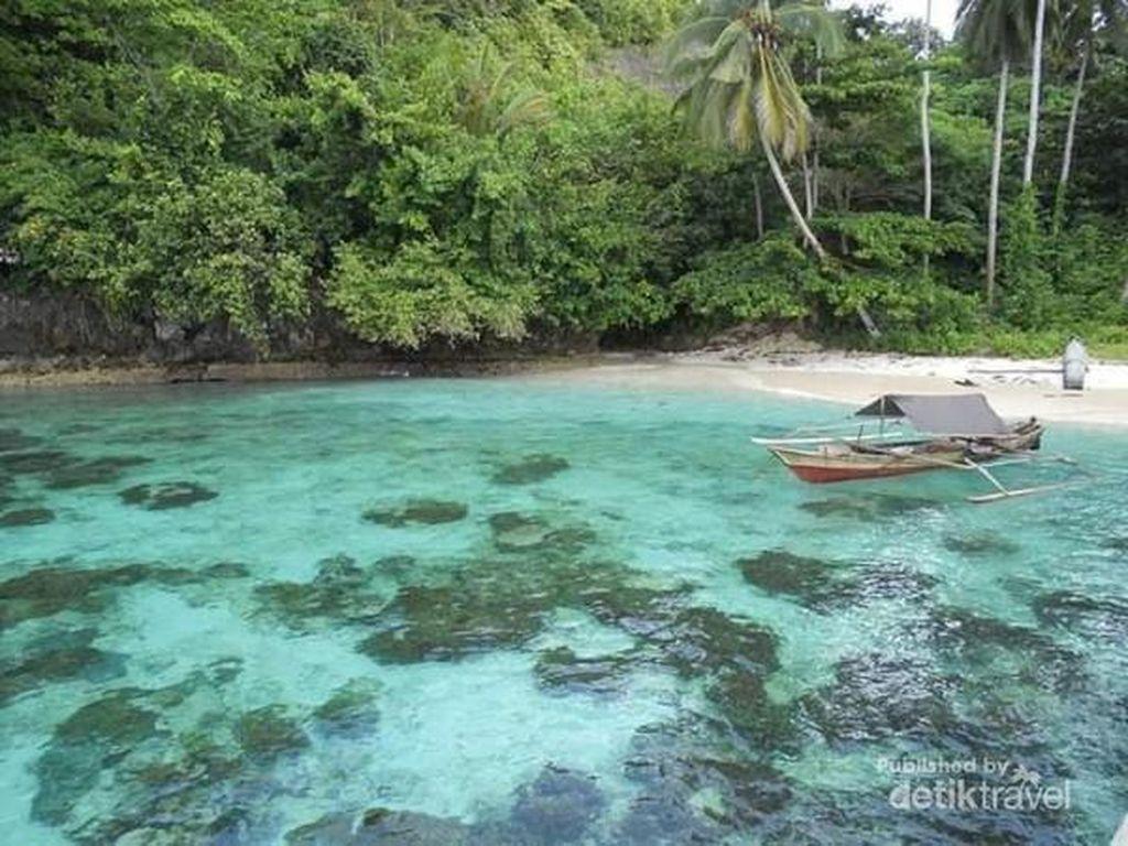 Pantai Waiwo Raja Ampat yang Airnya Sejernih Kaca
