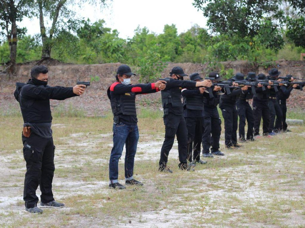 Brimob Kalteng Latih Peserta CRT Menembak Jarak Jauh