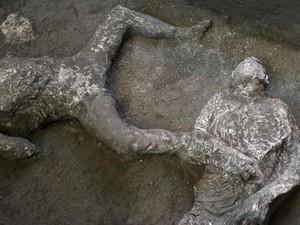 Jasad Budak dan Tuannya di Pompeii, Burung Nuri di Botol Plastik, Cuti Bersama