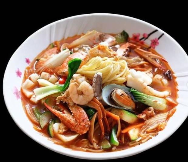 Jjampong mie kuah lengkap dengan seafood yang enak