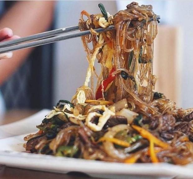 Japchae makanan korea yang mirip bihun atau soun