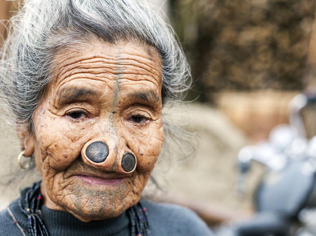 Foto: Wanita Apatani yang Sumbat Hidung Demi Tak Menarik