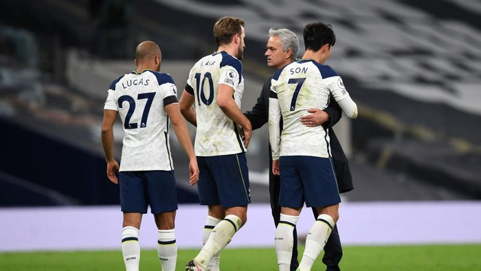 LONDON, ENGLAND - NOVEMBER 21: Lucas Moura, Harry Kane of Tottenham Hotspur, Jose Mourinho, Manager of Tottenham Hotspur and Heung-Min Son of Tottenham Hotspur celebrate following their teams victory in the Premier League match between Tottenham Hotspur and Manchester City at Tottenham Hotspur Stadium on November 21, 2020 in London, England. Sporting stadiums around the UK remain under strict restrictions due to the Coronavirus Pandemic as Government social distancing laws prohibit fans inside venues resulting in games being played behind closed doors. (Photo Neil Hall - by Pool/Getty Images)