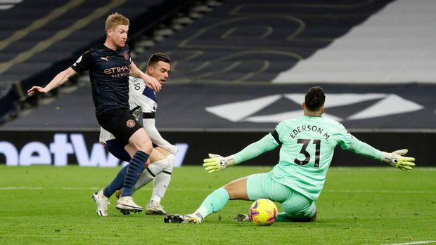 LONDON, ENGLAND - NOVEMBER 21: Giovani Lo Celso of Tottenham Hotspur scores his team's second goal past Ederson of Manchester City during the Premier League match between Tottenham Hotspur and Manchester City at Tottenham Hotspur Stadium on November 21, 2020 in London, England. Sporting stadiums around the UK remain under strict restrictions due to the Coronavirus Pandemic as Government social distancing laws prohibit fans inside venues resulting in games being played behind closed doors. (Photo Kirsty Wigglesworth - by Pool/Getty Images)