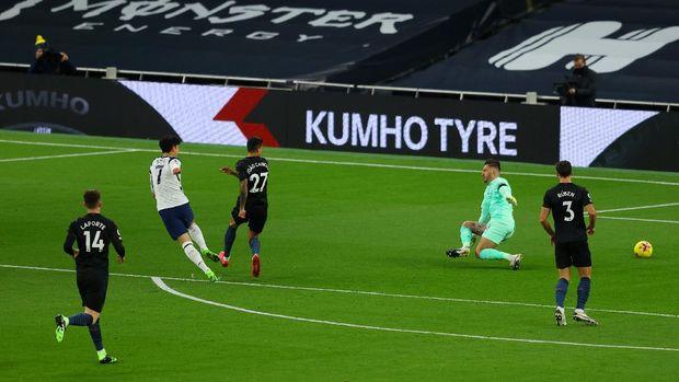 Momen Son mencetak gol ke gawang City.