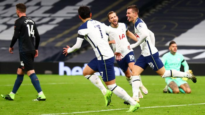 LONDON, ENGLAND - NOVEMBER 21: Giovani Lo Celso of Tottenham Hotspur celebrates with teammate Heung-Min Son after scoring his teams second goal during the Premier League match between Tottenham Hotspur and Manchester City at Tottenham Hotspur Stadium on November 21, 2020 in London, England. Sporting stadiums around the UK remain under strict restrictions due to the Coronavirus Pandemic as Government social distancing laws prohibit fans inside venues resulting in games being played behind closed doors. (Photo by Clive Rose/Getty Images)