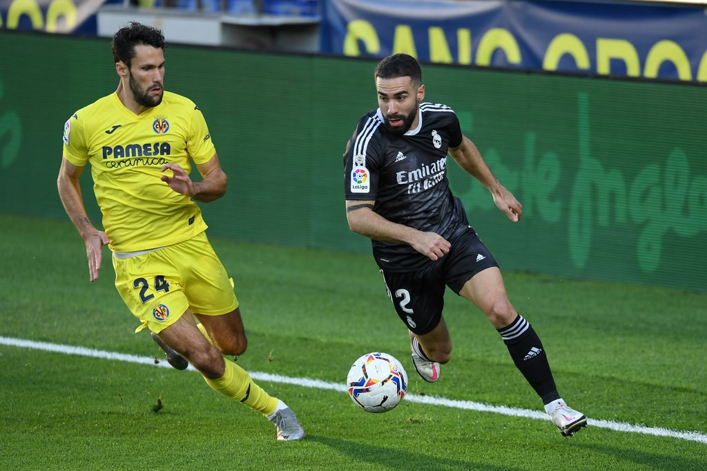 VILLAREAL, SPAIN - NOVEMBER 21: Alfonso Pedraza of Villarreal CF battles for possession with Dani Carvajal of Real Madrid during the La Liga Santander match between Villarreal CF and Real Madrid at Estadio de la Ceramica on November 21, 2020 in Villareal, Spain. Football Stadiums around Europe remain empty due to the Coronavirus Pandemic as Government social distancing laws prohibit fans inside venues resulting in fixtures being played behind closed doors. (Photo by Alex Caparros/Getty Images)