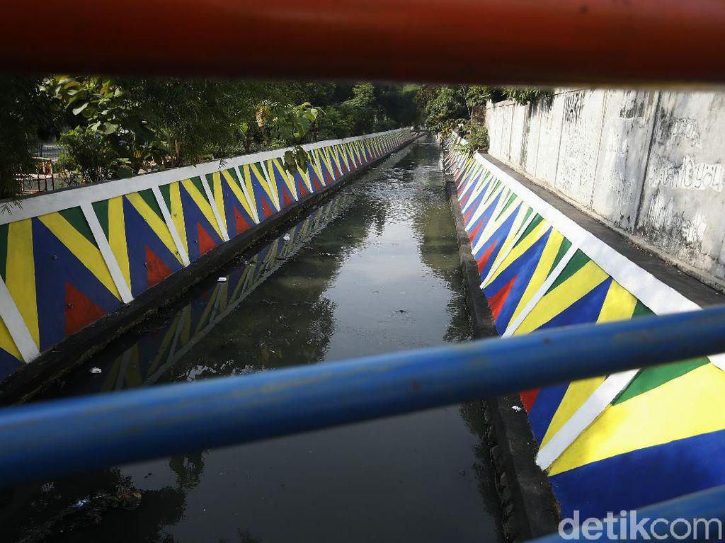 Warna-warni Dinding Kali Utan Kayu di Jakarta Timur
