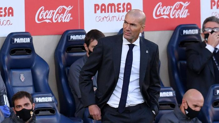 VILLAREAL, SPAIN - NOVEMBER 21: Zinedine Zidane, Head Coach of Real Madrid looks on during the La Liga Santander match between Villarreal CF and Real Madrid at Estadio de la Ceramica on November 21, 2020 in Villareal, Spain. Football Stadiums around Europe remain empty due to the Coronavirus Pandemic as Government social distancing laws prohibit fans inside venues resulting in fixtures being played behind closed doors. (Photo by Alex Caparros/Getty Images)