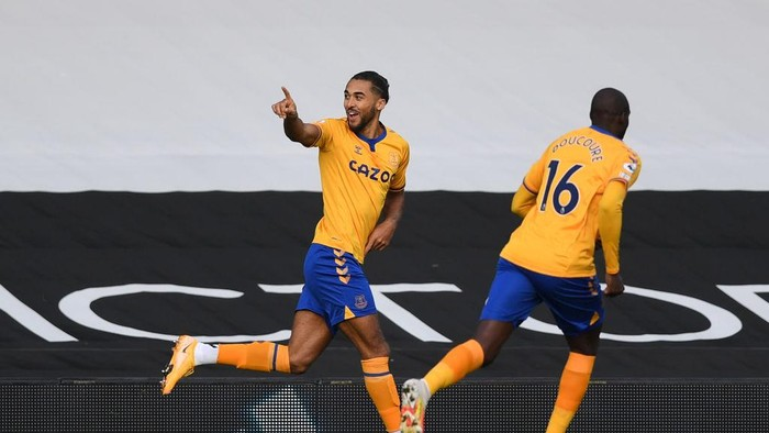 LONDON, ENGLAND - NOVEMBER 22: Dominic Calvert-Lewin of Everton(L) celebrates after scoring their sides first goal with Abdoulaye Doucouré of Everton(R) during the Premier League match between Fulham and Everton at Craven Cottage on November 22, 2020 in London, England. Sporting stadiums around the UK remain under strict restrictions due to the Coronavirus Pandemic as Government social distancing laws prohibit fans inside venues resulting in games being played behind closed doors. (Photo by Daniel Leal Olivas - Pool/Getty Images)