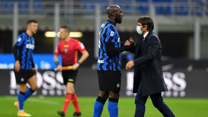 MILAN, ITALY - NOVEMBER 22: Romelu Lukaku of Inter Milan interacts with Antonio Conte, Head Coach of Inter Milan following the Serie A match between FC Internazionale and Torino FC at Stadio Giuseppe Meazza on November 22, 2020 in Milan, Italy. Sporting stadiums around Italy remain under strict restrictions due to the Coronavirus Pandemic as Government social distancing laws prohibit fans inside venues resulting in games being played behind closed doors. (Photo by Valerio Pennicino/Getty Images)