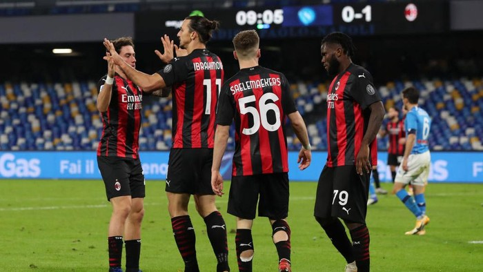 NAPLES, ITALY - NOVEMBER 22: Zlatan Ibrahimovic of A.C. Milan (2L) celebrates with teammates Davide Calabria (L), Alexis Saelemaekers and Franck Kessie of A.C. Milan after scoring their teams second goal during the Serie A match between SSC Napoli and AC Milan at Stadio San Paolo on November 22, 2020 in Naples, Italy. Sporting stadiums around Italy remain under strict restrictions due to the Coronavirus Pandemic as Government social distancing laws prohibit fans inside venues resulting in games being played behind closed doors. (Photo by Francesco Pecoraro/Getty Images)