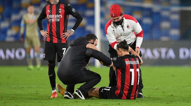 NAPLES, ITALY - NOVEMBER 22: Zlatan Ibrahimovic of A.C. Milan receives medical treatment during the Serie A match between SSC Napoli and AC Milan at Stadio San Paolo on November 22, 2020 in Naples, Italy. Sporting stadiums around Italy remain under strict restrictions due to the Coronavirus Pandemic as Government social distancing laws prohibit fans inside venues resulting in games being played behind closed doors. (Photo by Francesco Pecoraro/Getty Images)