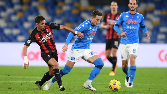 NAPLES, ITALY - NOVEMBER 22: Piotr Zielinski of S.S.C. Napoli battles for possession with Ismael Bennacer of A.C. Milan during the Serie A match between SSC Napoli and AC Milan at Stadio San Paolo on November 22, 2020 in Naples, Italy. Sporting stadiums around Italy remain under strict restrictions due to the Coronavirus Pandemic as Government social distancing laws prohibit fans inside venues resulting in games being played behind closed doors. (Photo by Francesco Pecoraro/Getty Images)