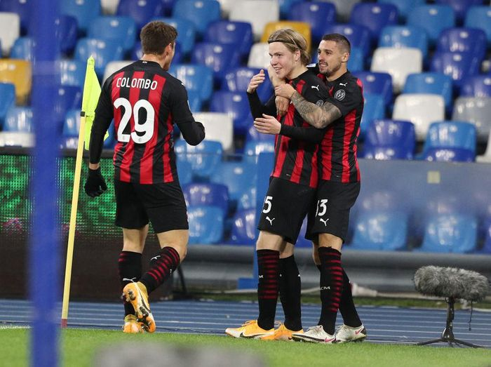 NAPLES, ITALY - NOVEMBER 22: Jens Petter Hauge of A.C. Milan celebrates with teammates Lorenzo Colombo and Rade Krunic after scoring their teams third goal during the Serie A match between SSC Napoli and AC Milan at Stadio San Paolo on November 22, 2020 in Naples, Italy. Sporting stadiums around Italy remain under strict restrictions due to the Coronavirus Pandemic as Government social distancing laws prohibit fans inside venues resulting in games being played behind closed doors. (Photo by Francesco Pecoraro/Getty Images)