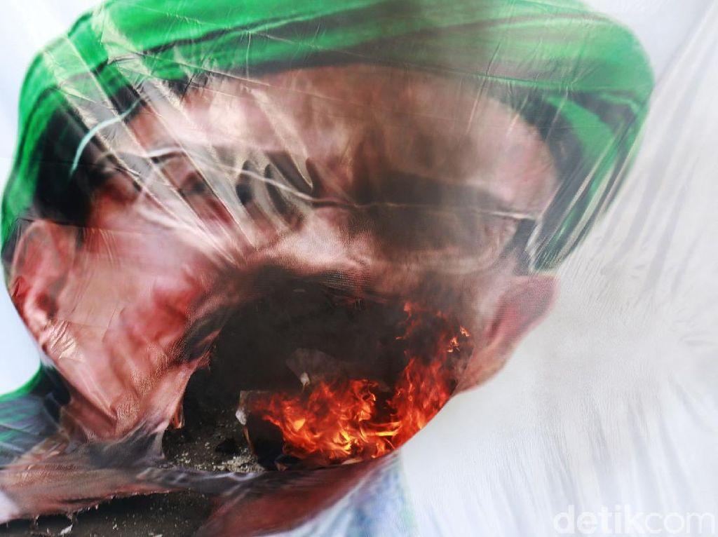Spanduk Habib Rizieq Dibakar Massa Aksi di Bandung