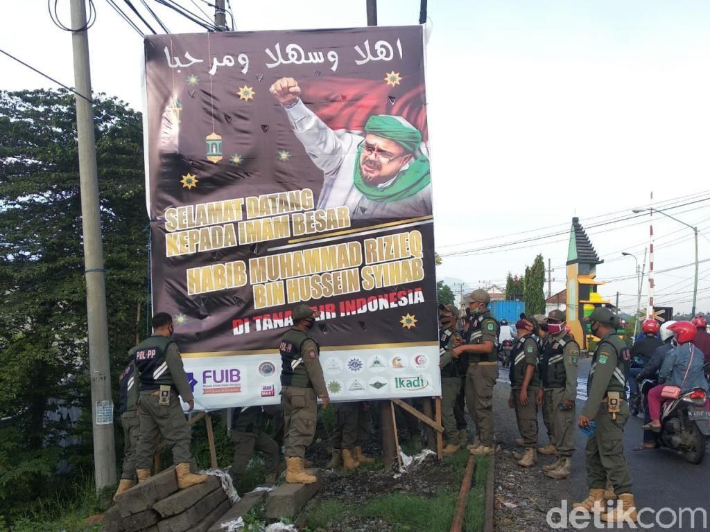 Aparat Gabungan di Bandung Ikut Turunkan Baliho Habib Rizieq