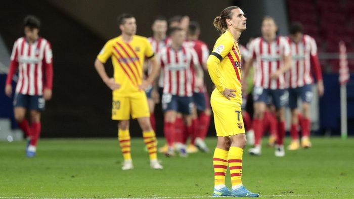 Barcelonas Antoine Griezmann reacts after Atletico Madrids Yannick Carrasco scored his sides opening goal during the Spanish La Liga soccer match between Atletico Madrid and FC Barcelona at the Wanda Metropolitano stadium in Madrid, Spain, Saturday, Nov. 21, 2020. (AP Photo/Bernat Armangue)