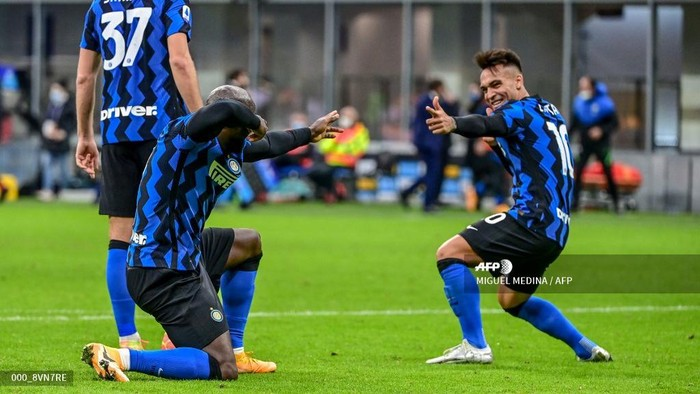 Inter Milans Belgian forward Romelu Lukaku (L) celebrates with Inter Milans Argentine forward Lautaro Martinez after scoring a penalty during the Italian Serie A football match Inter vs Torino on November 22, 2020 at the Giuseppe-Meazza (San Siro) stadium in Milan. (Photo by MIGUEL MEDINA / AFP)