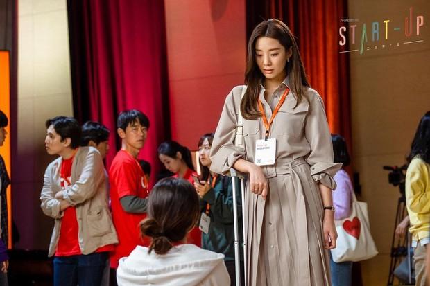 Stephanie Lee sebagai Jung Sa Ha.