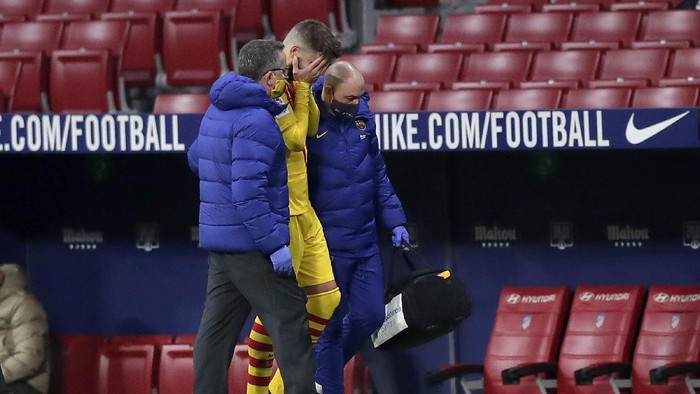 MADRID, SPAIN - NOVEMBER 21: Gerard Pique of FC Barcelona reacts as he leaves the pitch due to injury during the La Liga Santander match between Atletico de Madrid and FC Barcelona at Estadio Wanda Metropolitano on November 21, 2020 in Madrid, Spain. Football Stadiums around Europe remain empty due to the Coronavirus Pandemic as Government social distancing laws prohibit fans inside venues resulting in fixtures being played behind closed doors. (Photo by Gonzalo Arroyo Moreno/Getty Images)