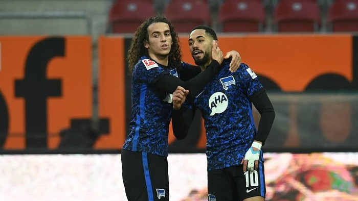 Hertha Berlins Brazilian forward Matheus Cunha (R) and Hertha Berlins French midfielder Matto Guendouzi (L) celebrate after the goal during the German first division football Bundesliga match between FC Augsburg 1907 and Hertha BSC Berlin in Augsburg, southern Germany, on November 7, 2020. (Photo by Christof STACHE / AFP) / DFL REGULATIONS PROHIBIT ANY USE OF PHOTOGRAPHS AS IMAGE SEQUENCES AND/OR QUASI-VIDEO