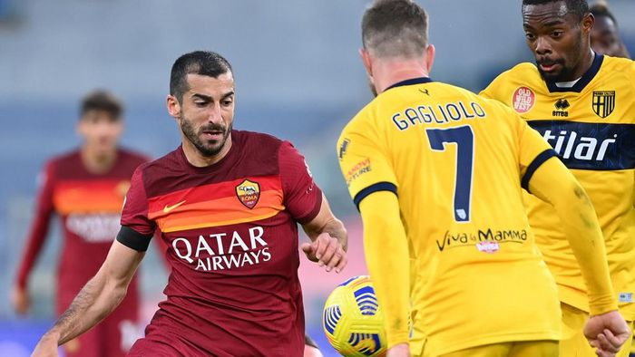 Romas Armenian midfielder Henrikh Mkhitaryan (LL) challenges Parmas Swedish defender Riccardo Gagliolo during the Italian Serie A football match AS Roma vs Parma on November 22, 2020 at the Olympic stadium in Rome. (Photo by Vincenzo PINTO / AFP)