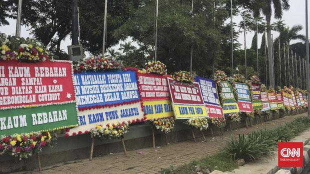 Puluhan karangan bunga membanjiri halaman depan pagar Markas Kodam Jaya, Jakarta Timur, Senin (23/11).