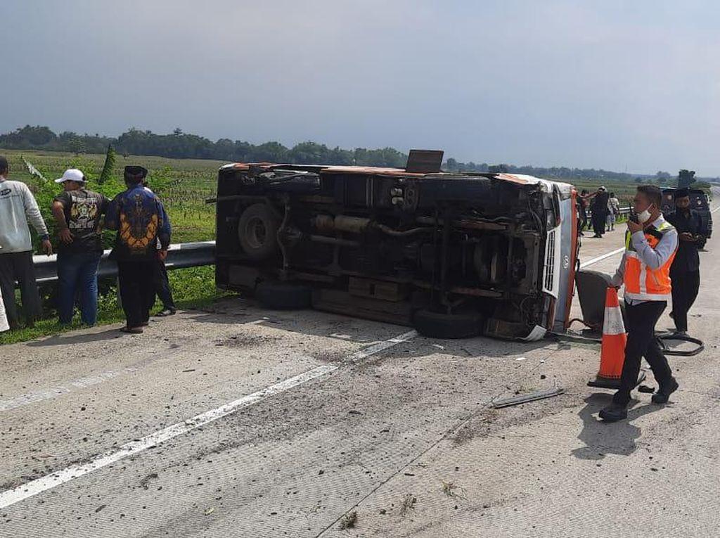 Minibus Rombongan Asal Lumajang Terguling di Tol Jomo, 1 Tewas 7 Luka