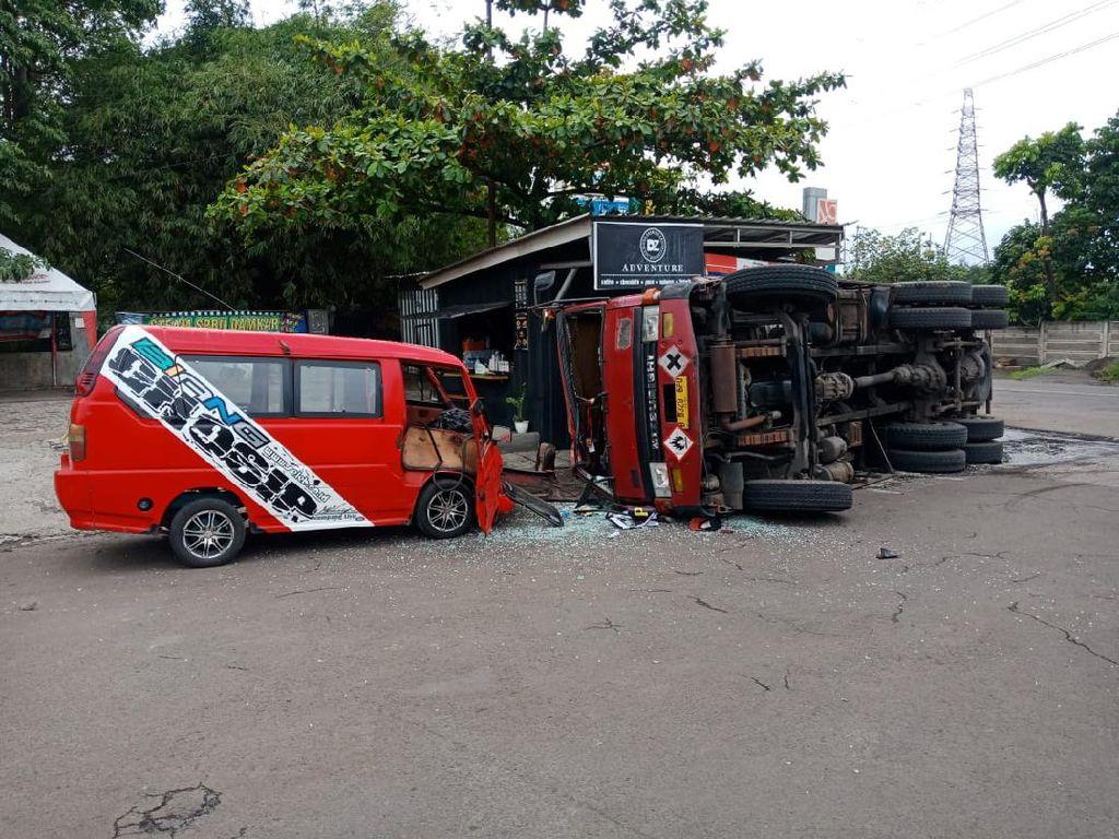 Rem Blong, Truk Muatan Bahan Kimia Tabrak Angkot di Cilegon