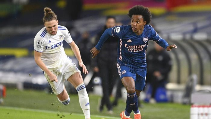 Arsenals Willian, right, gets past Leeds Uniteds Luke Ayling during an English Premier League soccer match between Leeds United and Arsenal at Elland Road Stadium in Leeds, England, Sunday Nov. 22, 2020. (Michael Regan/Pool Via AP)