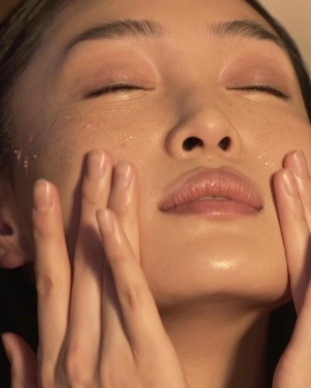 Jika make up kamu selalu terlihat bagus tetapi kemudian perlahan memburuk setelah satu jam pertama, artinya kamu membutuhkan primer.