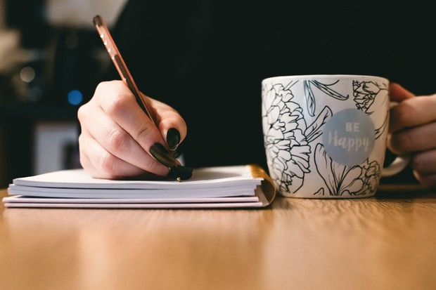 Kalau kamu merasa terlalu emosi dan marah yang membuat kamu ingin membicarakannya, ambil buku harian dan tuliskan pemikiran kamu di sana.