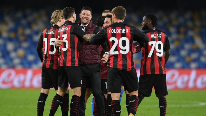 NAPLES, ITALY - NOVEMBER 22: Daniele Bonera, Assistant Coach of AC Milan celebrates with Alessio Romagnoli, Lorenzo Colombo and Franck Kessie of AC Milan following their sides victory in the Serie A match between SSC Napoli and AC Milan at Stadio San Paolo on November 22, 2020 in Naples, Italy. Sporting stadiums around Italy remain under strict restrictions due to the Coronavirus Pandemic as Government social distancing laws prohibit fans inside venues resulting in games being played behind closed doors. (Photo by Francesco Pecoraro/Getty Images)