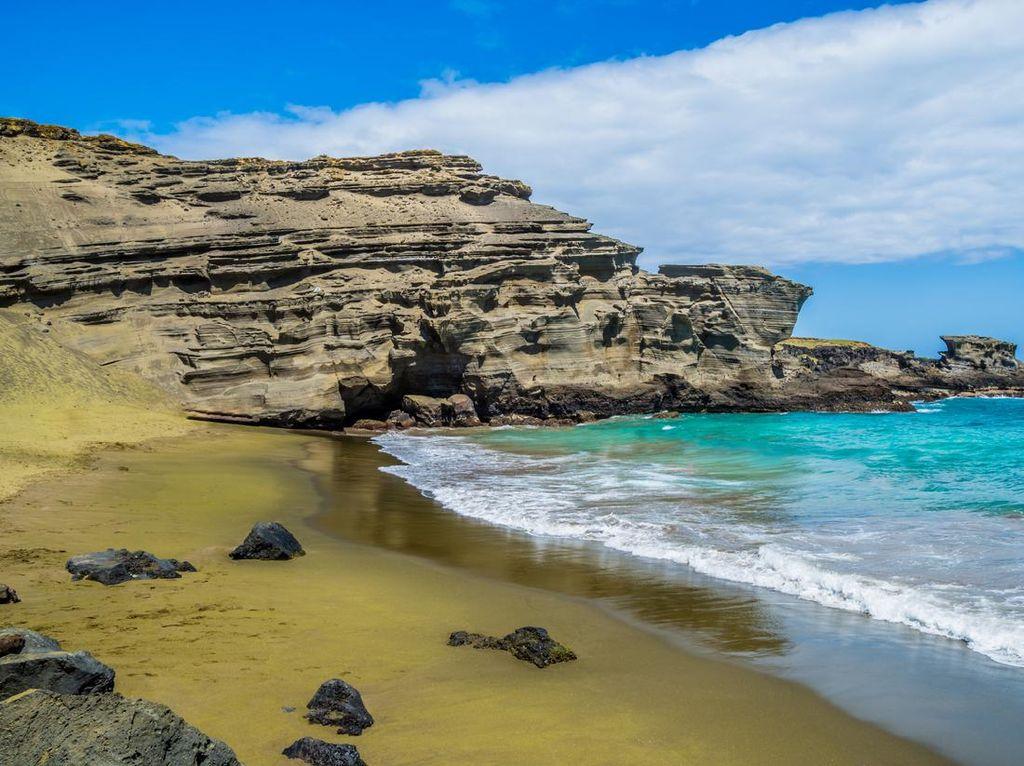Bukan Matcha, tapi Pasir di Pantai Ini Memang Hijau!