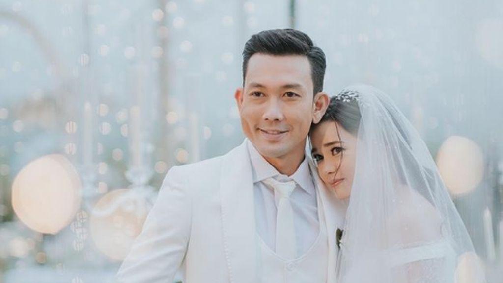 10 Momen Pernikahan Denny Sumargo dan Olivia Allan, Romantis Serba Putih