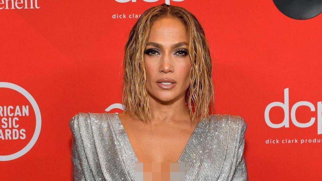 Foto: 7 Artis Berbusana Terbaik di American Music Awards 2020