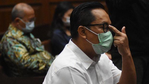 Terdakwa kasus suap penghapusan red notice Djoko Tjandra, Brigjen Pol Prasetijo Utomo (kanan) dan mantan Kadiv Humas Mabes Polri Komjen (Purn) Pol Setyo Wasisto (kiri) bersiap menjalani sidang lanjutan di Pengadilan Tipikor, Jakarta, Senin (23/11/2020). Sidang lanjutan bagi mantan Kepala Biro Koordinasi dan Pengawasan (Kakorwas) Penyidik Pegawai Negeri Sipil (PPNS) Bareskrim Polri itu beragendakan mendengarkan keterangan empat orang saksi, salah satunya mantan Kadiv Humas Mabes Polri Komjen (Purn) Pol Setyo Wasisto. ANTARA FOTO/Indrianto Eko Suwarso/foc.