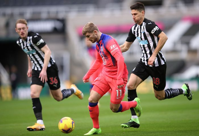 NEWCASTLE UPON TYNE, ENGLAND - NOVEMBER 21: Timo Werner of Chelsea is challenged by Federico Fernandez of Newcastle United during the Premier League match between Newcastle United and Chelsea at St. James Park on November 21, 2020 in Newcastle upon Tyne, England. Sporting stadiums around the UK remain under strict restrictions due to the Coronavirus Pandemic as Government social distancing laws prohibit fans inside venues resulting in games being played behind closed doors. (Photo by Alex Pantling/Getty Images)