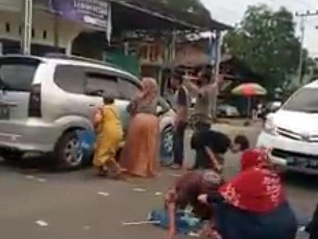 Viral Pemobil Sebar Uang di Tengah Jalan, Diduga untuk Sumbang Masjid