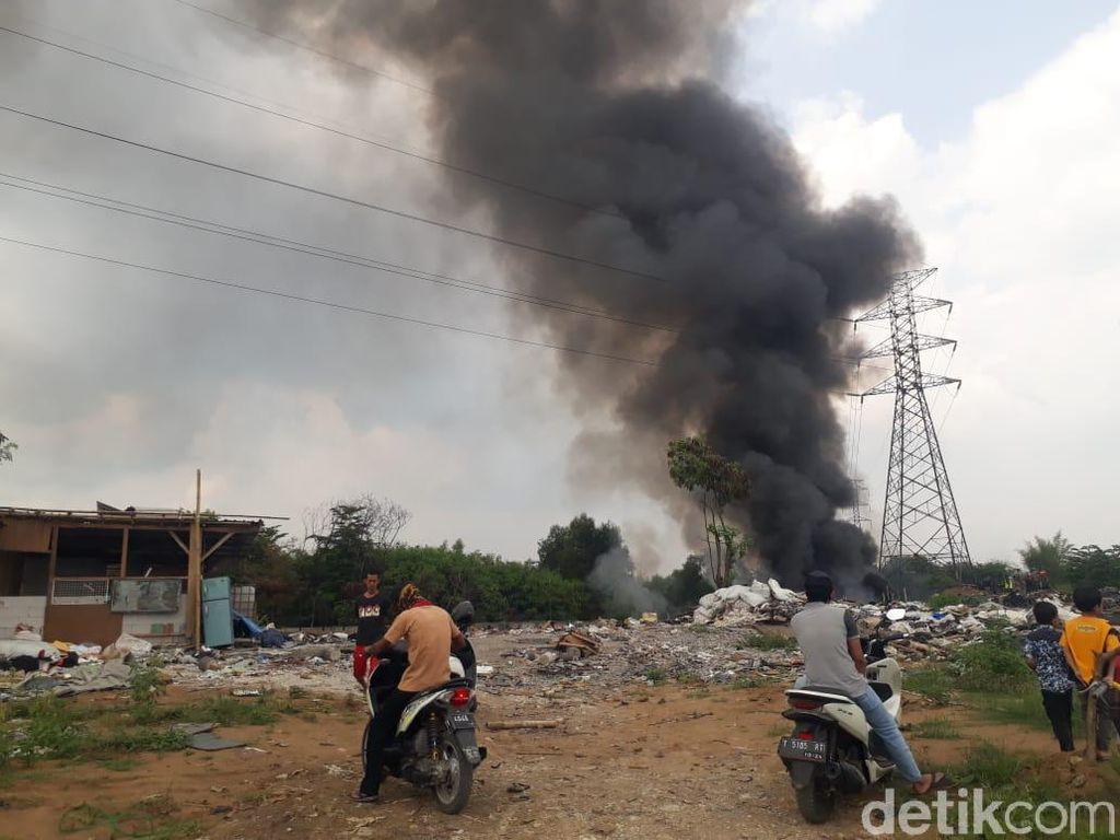 Warga Karawang Keluhkan Pembakaran Limbah Busa Dekat Citarum
