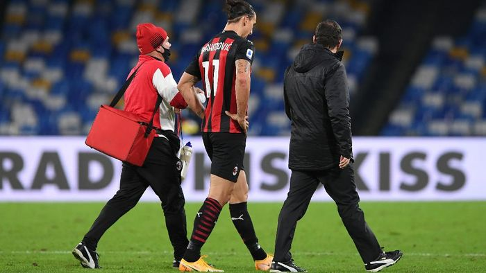 NAPLES, ITALY - NOVEMBER 22: Zlatan Ibrahimovic of A.C. Milan walks off injured during the Serie A match between SSC Napoli and AC Milan at Stadio San Paolo on November 22, 2020 in Naples, Italy. Sporting stadiums around Italy remain under strict restrictions due to the Coronavirus Pandemic as Government social distancing laws prohibit fans inside venues resulting in games being played behind closed doors. (Photo by Francesco Pecoraro/Getty Images)
