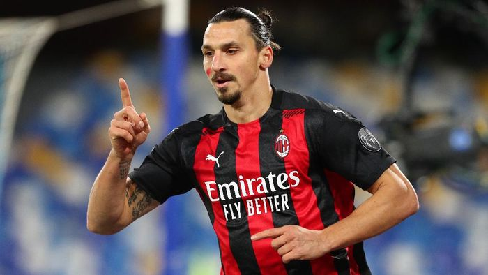 NAPLES, ITALY - NOVEMBER 22: Zlatan Ibrahimovic of A.C. Milan celebrates after scoring their teams second goal during the Serie A match between SSC Napoli and AC Milan at Stadio San Paolo on November 22, 2020 in Naples, Italy. Sporting stadiums around Italy remain under strict restrictions due to the Coronavirus Pandemic as Government social distancing laws prohibit fans inside venues resulting in games being played behind closed doors. (Photo by Francesco Pecoraro/Getty Images)