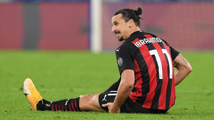 NAPLES, ITALY - NOVEMBER 22: Zlatan Ibrahimovic of A.C. Milan lies injured during the Serie A match between SSC Napoli and AC Milan at Stadio San Paolo on November 22, 2020 in Naples, Italy. Sporting stadiums around Italy remain under strict restrictions due to the Coronavirus Pandemic as Government social distancing laws prohibit fans inside venues resulting in games being played behind closed doors. (Photo by Francesco Pecoraro/Getty Images)