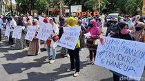 Diduga Penyaluran BLT Didomplengi Paslon, Massa Emak-emak Datangi Bawaslu