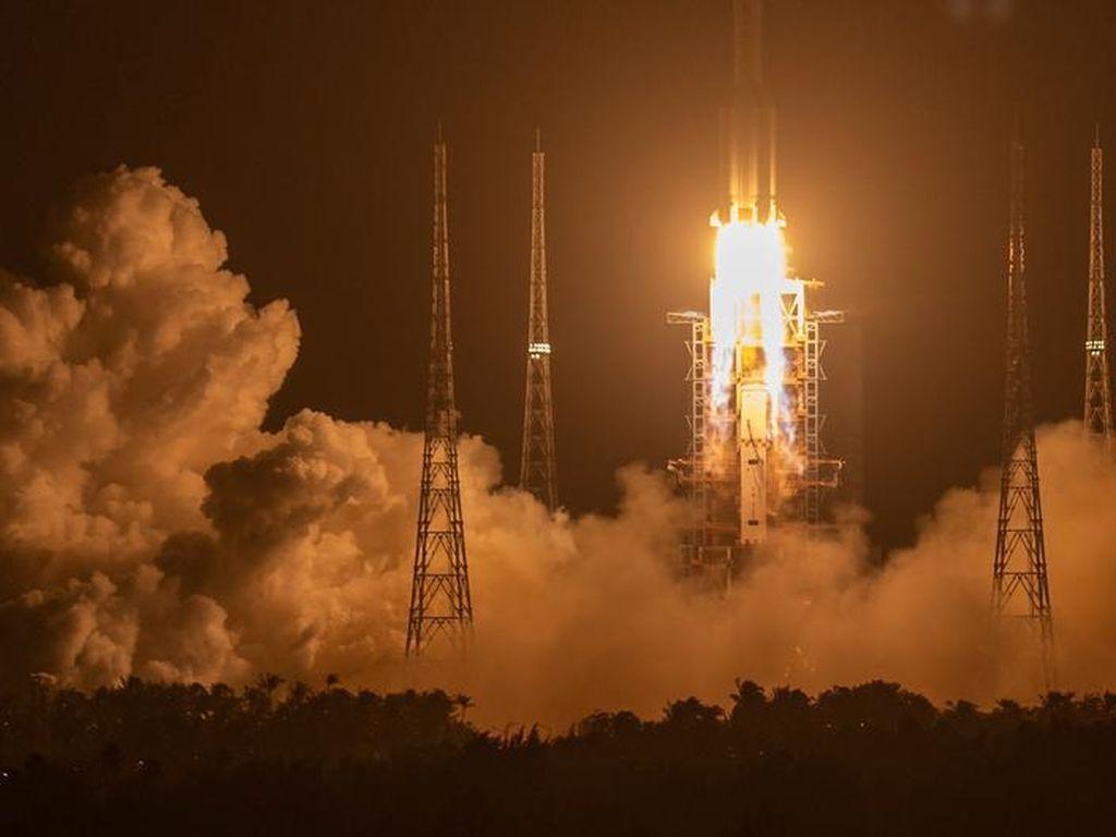 China Luncurkan Pesawat Ruang Angkasa Robotik untuk Kumpulkan Batu dari Bulan
