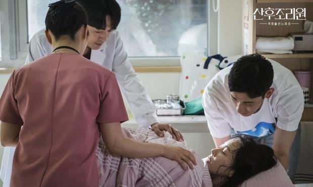 Cuplikan Hyun Jin yang sedang melahirkan ditemani oleh sang suami / Foto: instagram.com/tvndrama.official