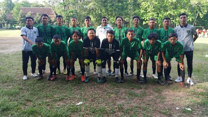Pemain Persela Lamongan Dadang Apridianto melatih klub lokal Banyuwangi.