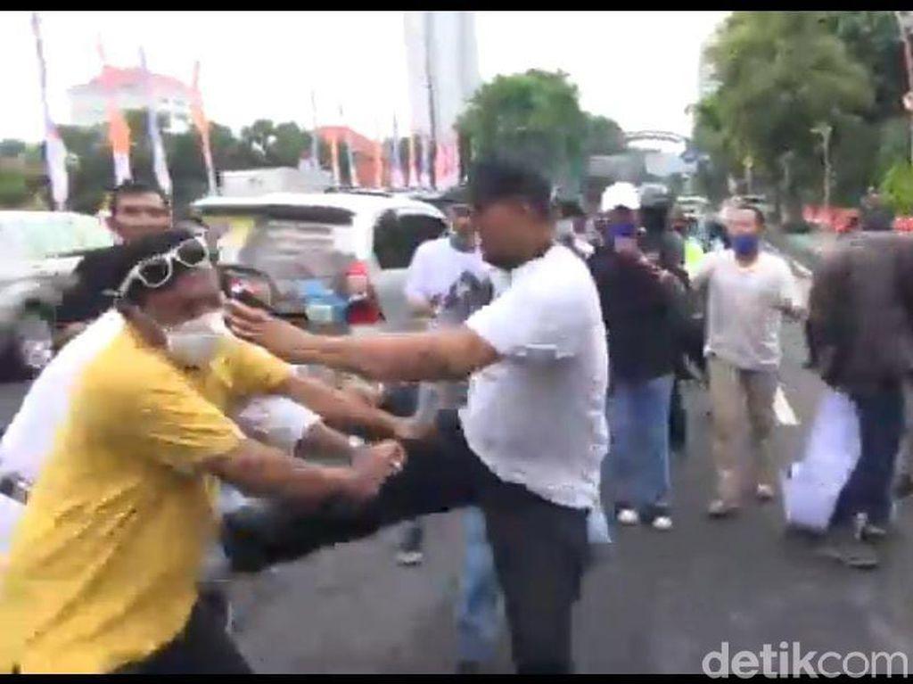 Aksi Damai Arek Suroboyo Tolak FPI Ricuh, 2 Orang Dibawa ke Rumah Sakit