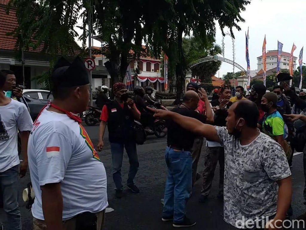 Video Ricuh Aksi Tolak FPI di Surabaya, Sejumlah Orang Adu Pukul